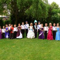 Das Kinderkönigspaar mit ihrem Hofstaat und Adjudanten