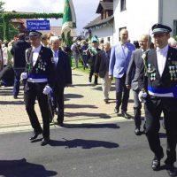 Die Offiziere Christif Schrick und Stefan Bobbert mit den Ehrengästen