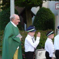 Pfarrer Weige mit seinen Meßdienern